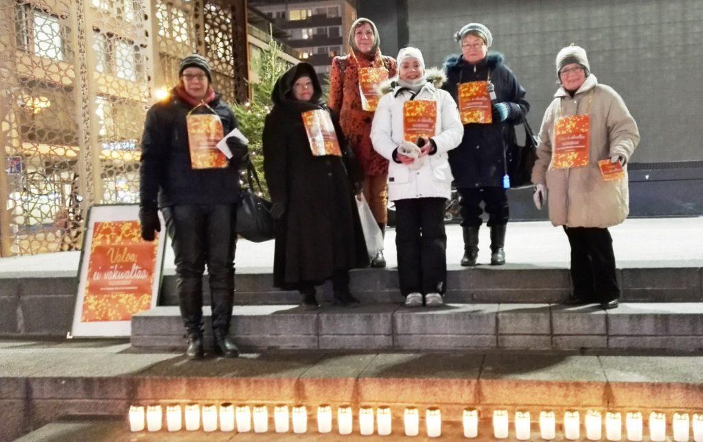 Valoa -ei väkivaltaa 25.11.2016 Rotuaarin lavalla