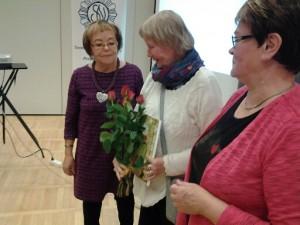 Ulla Törne ojentaa Oulun osaston ruusut Pirkolle