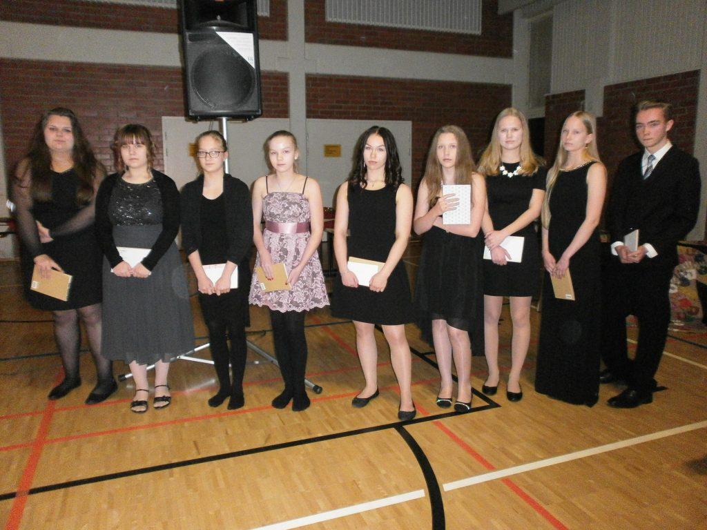 Maikkulan yhtenäiskoulun/yläkoulun oppilaille kirjoituskilpailun palkinnot Oulussa