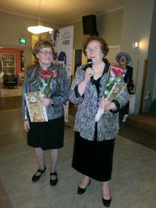 Pirkko Mattila ja Anja Garanvölgyi naisten päivänä 2017 kilpakirjoituspalkintojen jaossa